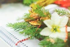 Skapa en julkrans som göras av granfilialer, sörjer dekorativa bär, kottar och dekorativa leksaker i arbetsplatsen Arkivbild