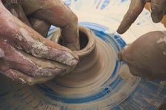 Skapa en kanna av den vita leranärbilden royaltyfri fotografi