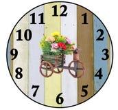 Skapa en klocka med wood bakgrunder som isoleras på vit Arkivfoton