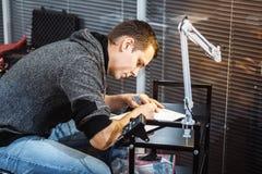 Skapa en tatueringnärbild Konstnären cirklade pennan med en tatuering skissar arkivbilder