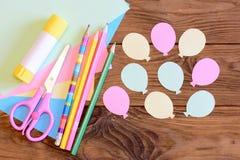 Skapa ett pappers- kort med ballonger moment Handbok för ungar Idé för luftdag- eller födelsedagkort Ballonger från papper, sax Arkivfoto