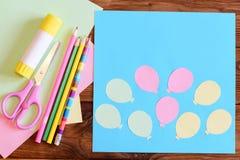 Skapa ett pappers- kort med ballonger moment Orubbligt för barn Begrepp för luftdag- eller födelsedagkort Kort med ballonger, sax Royaltyfria Bilder