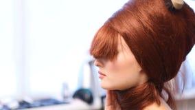 Skapa frisyrer för en modell stock video