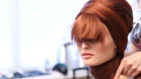 Skapa frisyrer för en modell arkivfilmer