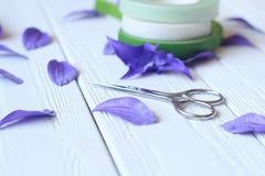 Skapa handgjorda blommor Workflow, hjälpmedel och material Royaltyfri Bild