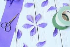 Skapa handgjorda blommor Workflow, hjälpmedel och material Arkivfoton