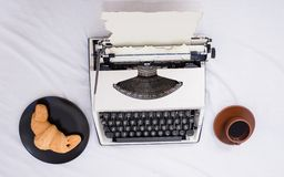 Skapa inspirerande atmosfär för skrivmaskinen för starthandstilsidan Fördelen som den är författaren, är bekvämt inspirera royaltyfria bilder