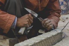 Skapa konst, vid sclupting på stenen Royaltyfri Fotografi