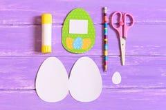 Skapa kortet för hälsning för påskägg moment Kulört pappers- hälsningkort med ägg, mallar i form av ägget, sax, limpinne Arkivbilder