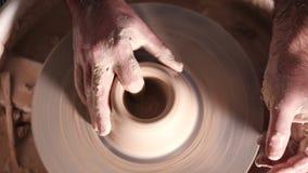 Skapa lergods och traditionellt krukmakeribegrepp Erfaren manlig keramikers händer som skapar den härliga leraprodukten - arkivfilmer
