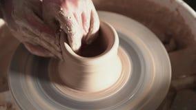 Skapa lergods och traditionellt krukmakeribegrepp Erfaren manlig keramikers händer som skapar den härliga leraprodukten - stock video