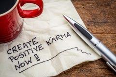 Skapa positiv karma - text på servett royaltyfri bild