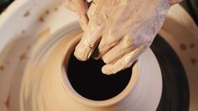 Skapa traditionellt krukmakeribegrepp för lergods Erfarna manliga keramikerhänder stock video