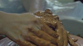 Skapelse av leraskulptur lager videofilmer