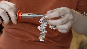 Skapelsen av ett armband Royaltyfria Bilder