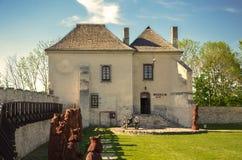 Skarbu dom Skarbczyk obok budynku królewski kasztel, Szydlow, Polska fotografia stock