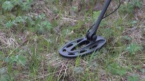 Skarbu myśliwy z wykrywacz metalu skanerowaniem gruntuje w poszukiwaniu artefaktów zbiory