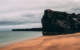 Skardsvik海滩 独特的金黄海滩在有vulcanic石峭壁的冰岛 库存图片