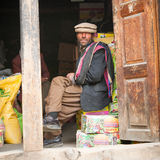 SKARDU, ПАКИСТАН - 18-ОЕ АПРЕЛЯ: Неопознанный человек 2 в деревне на юге  Skardu, 18-ое апреля 2015 в Skardu, Пакистане Стоковая Фотография RF