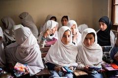 SKARDU PAKISTAN - APRIL 18: Lär oidentifierade barn i en by i söderna av Skardu i klassrumet Royaltyfri Bild