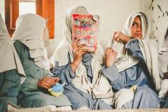 SKARDU PAKISTAN - APRIL 18: Lär oidentifierade barn i en by i söderna av Skardu i klassrumet Arkivfoto