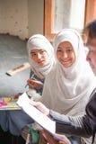 SKARDU PAKISTAN - APRIL 18: Lär oidentifierade barn i en by i söderna av Skardu i klassrumet Arkivbild