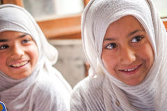 SKARDU PAKISTAN - APRIL 18: Lär oidentifierade barn i en by i söderna av Skardu i klassrumet Royaltyfri Foto