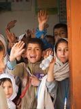 SKARDU PAKISTAN - APRIL 18: Lär oidentifierade barn i en by i söderna av Skardu i klassrumet Arkivfoton