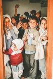SKARDU PAKISTAN - APRIL 18: Lär oidentifierade barn i en by i söderna av Skardu i klassrumet Fotografering för Bildbyråer