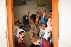 SKARDU PAKISTAN - APRIL 18: Lär oidentifierade barn i en by i söderna av Skardu i klassrumet Royaltyfri Fotografi