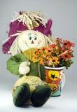 Skarecrow met bloemen in h stock foto