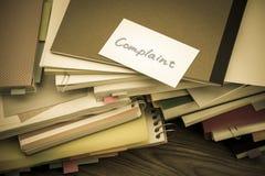 Skarga; Stos Biznesowi dokumenty na biurku fotografia royalty free