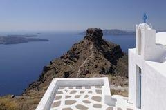 Skaros vaggar och den Agios Georgios kyrkan arkivbilder
