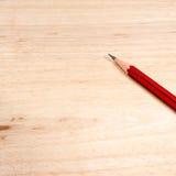 Skarp blyertspenna som förläggas på trä med kopieringsspcae Royaltyfria Bilder