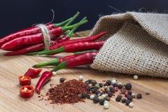 Skarp Chile peppar på en wood bakgrund, närbild fotografering för bildbyråer