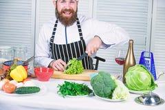 Skarp kniv som hugger av gr?nsaken F?rbered ingrediensen f?r att laga mat Enligt recept Anv?ndbart f?r viktigt belopp av royaltyfri foto