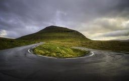 Skarp U-svängväg Landssida Faroe Island, Danmark, Europa Royaltyfri Bild