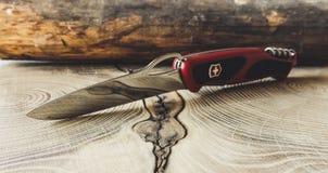 Skarp Victorinox kniv på trätabellen royaltyfri foto