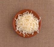 Skarp vit cheddarost i en liten bunke royaltyfria foton
