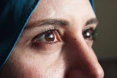 Skarpa ögon av den arabiska muslimkvinnan arkivbild