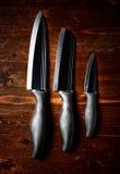 Skarpa knivar på den mörka trätabellen Arkivbilder
