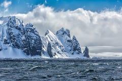 Skarpa nya bergmaxima som täckas i snö nära medgivande, skäller, Antarktis royaltyfri bild