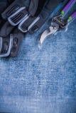 Skarpa rostfria sekatörsäkerhetshandskar på metallisk bakgrund a Royaltyfri Foto