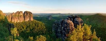 Skarpa Schramsteine och Falkenstein vaggar i panoramautsikt Vaggar i de Elbe sandstenbergen parkerar royaltyfria bilder