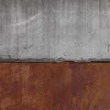 Skarv av den konkreta tjock skiva med den rostiga metallväggen Fotografering för Bildbyråer