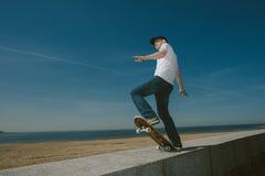 Skate Guy Boarding na cidade foto de stock