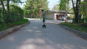 Skate novo da equitação do menino no dia de verão video estoque