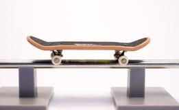 Skateboard über Schiene Stockfotos