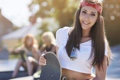 skateboard ανασκόπησης καλυμμένο κορίτσι εφηβικό λευκό στούντιο Στοκ Φωτογραφία