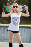 Skateboard εκμετάλλευσης κοριτσιών σκέιτερ Στοκ Εικόνα